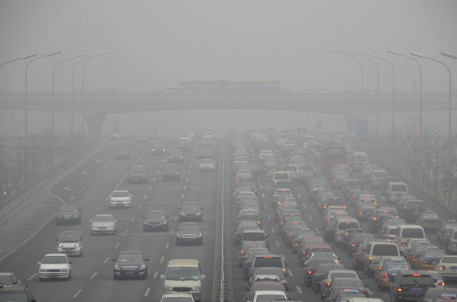 Cars drive on an eight lane expressway in Beijing on January 29,2013. Residents across northern China battled through choking pollution on January 29, as air quality levels rose above index limits in Beijing amid warnings that the smog may not clear until January 31. AFP PHOTO / WANG ZHAO